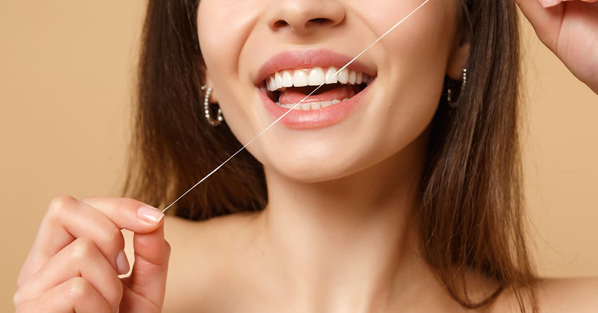 Clínicas Den - ¿Cómo usar el hilo dental para realizar una limpieza bucodental correcta?