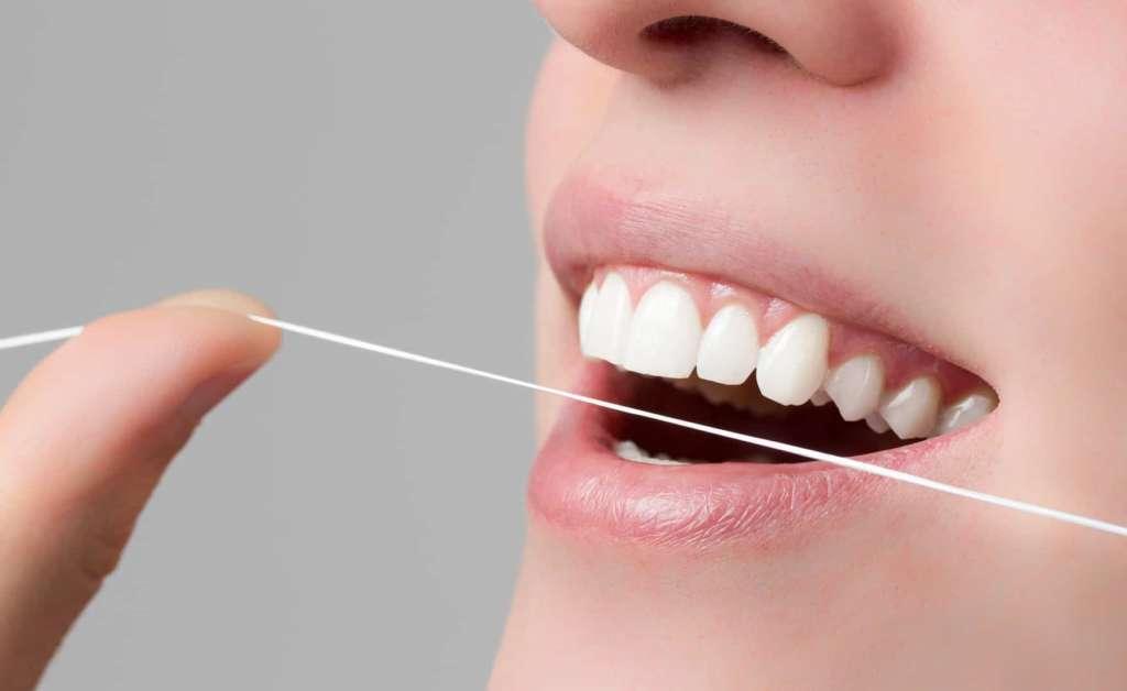 Clínicas Den - ¿Cómo se usa el hilo dental?