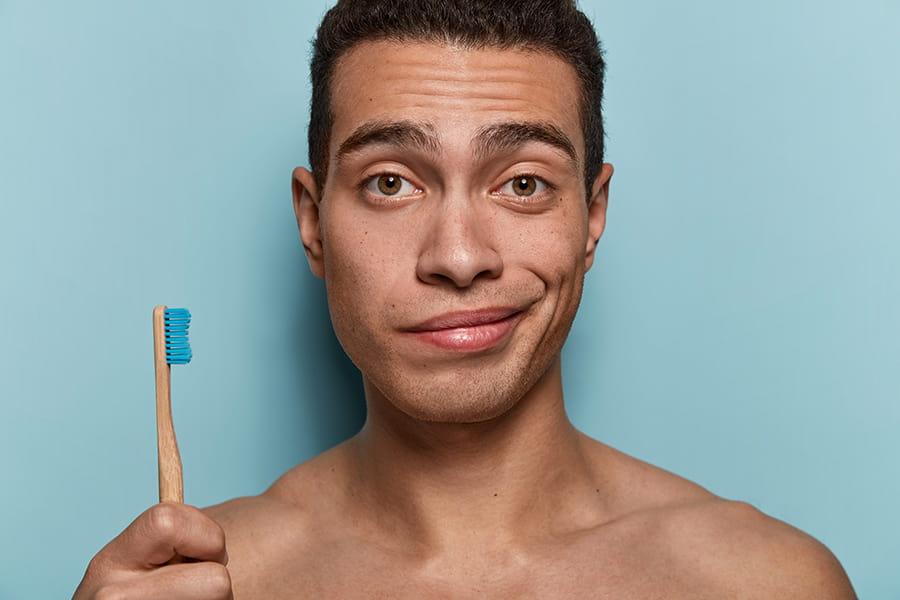 El mal uso del cepillo dental causa encías inflamadas